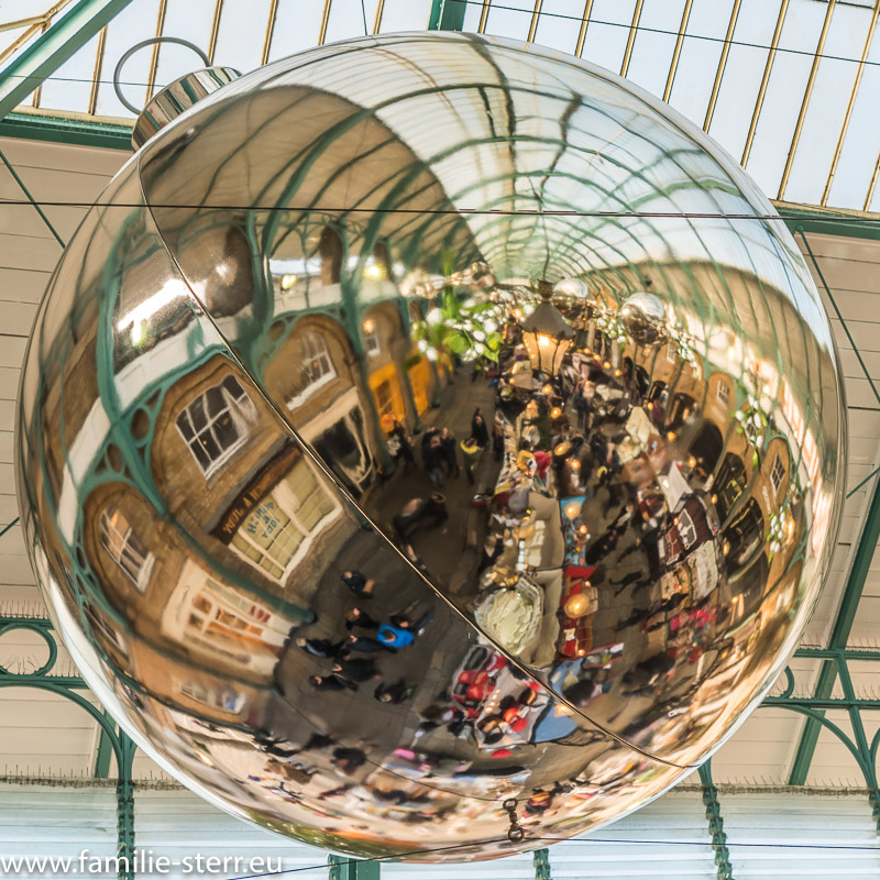 Spiegelung in einer großen Weihnachtskugel im  Covent Garden
