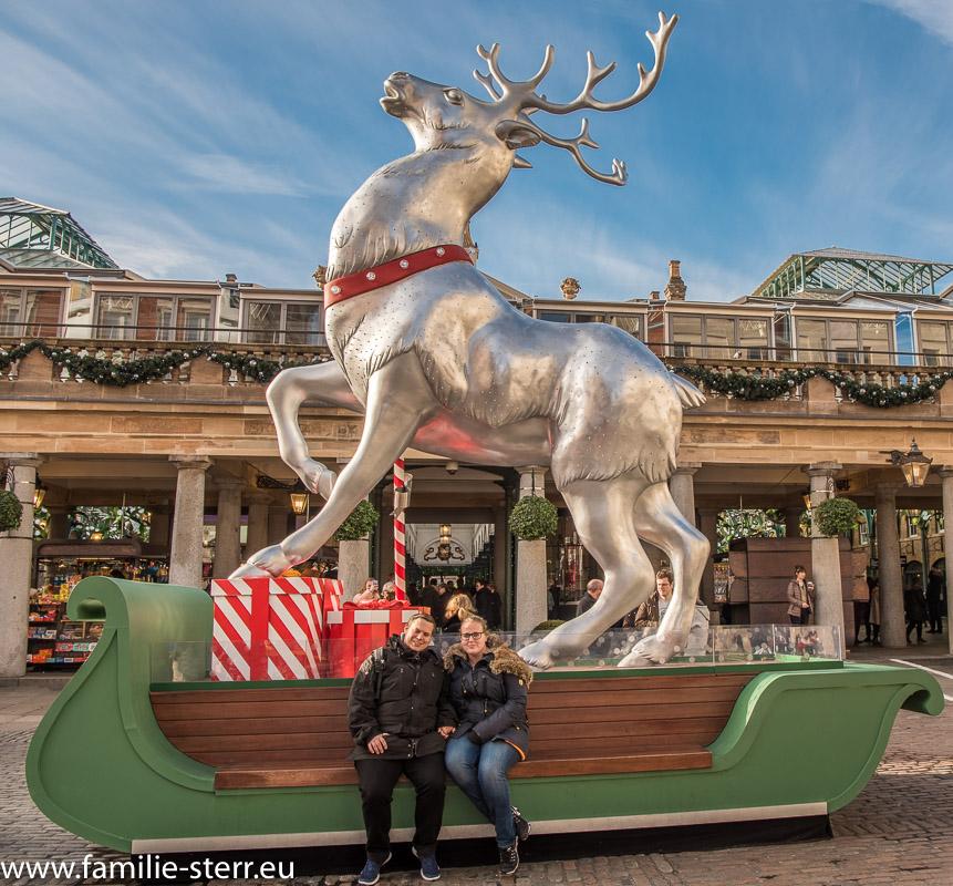 Rentierschlitten als Weihnachtsdekoration vor dem Markt am Covent Garden in London