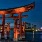 nächtlicher Blick durch das hölzerne Tor im Bereich Japan auf die World Showcase Lagoon und auf das Speceship Earth