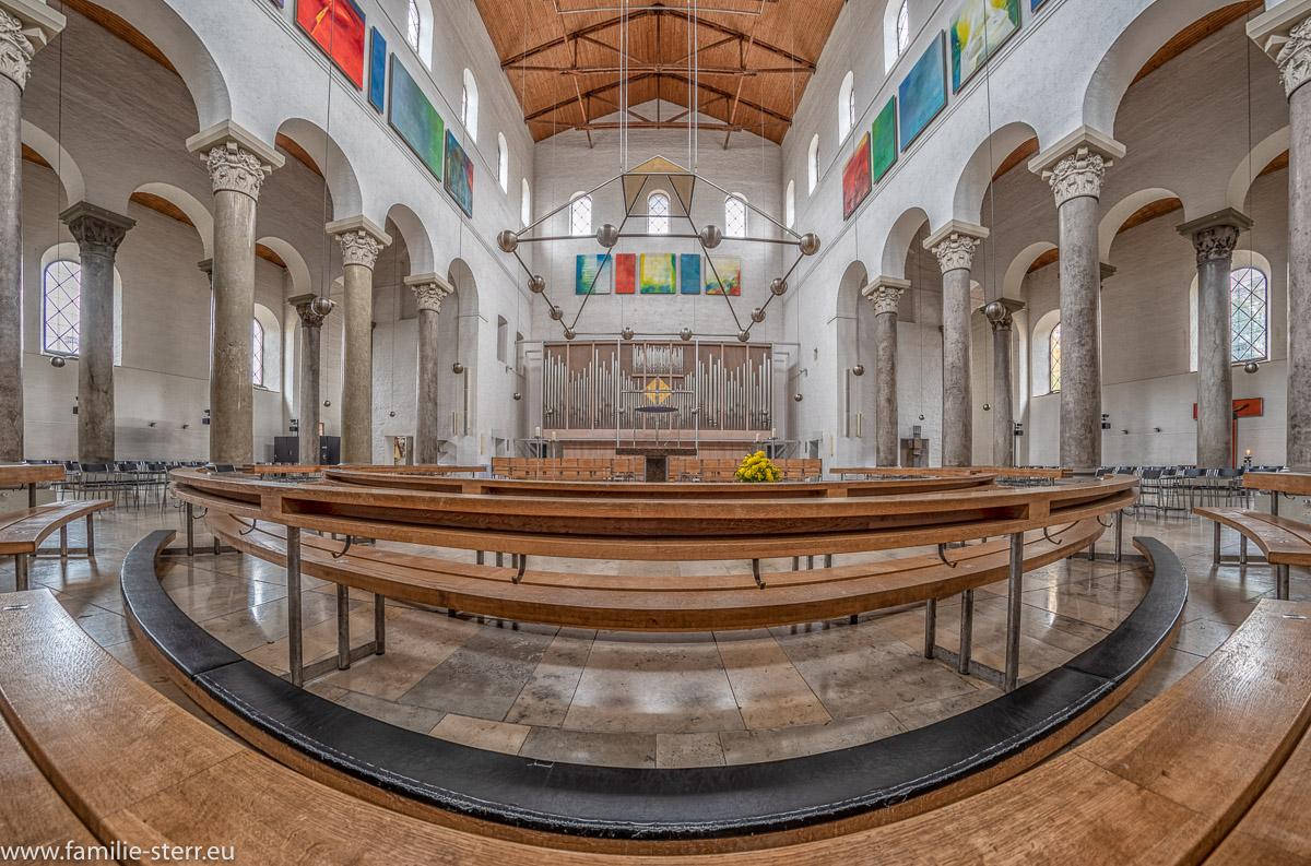 Der Innenraum der Kirche St. Bonifaz in München