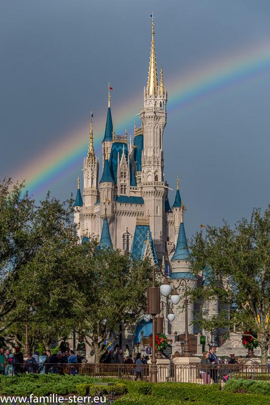 ein Regenbogen direkt hinter dem Schnewittchen - Schloss im Magic Kingdom / Disney World / Orlando, FL