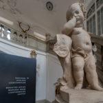 eine traurige Jungenfigur am Anfand der Treppe zum Trauungssal im Schloss Lichtenwalde bei Chemnitz