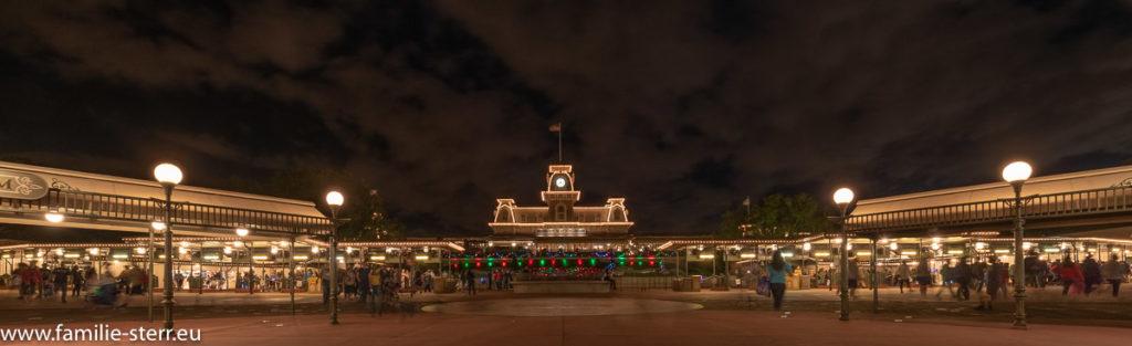 nächtlich beleuchteter Bahnhof am Eingang zum Magic Kingdom in weihnachtlicher Beleuchtung