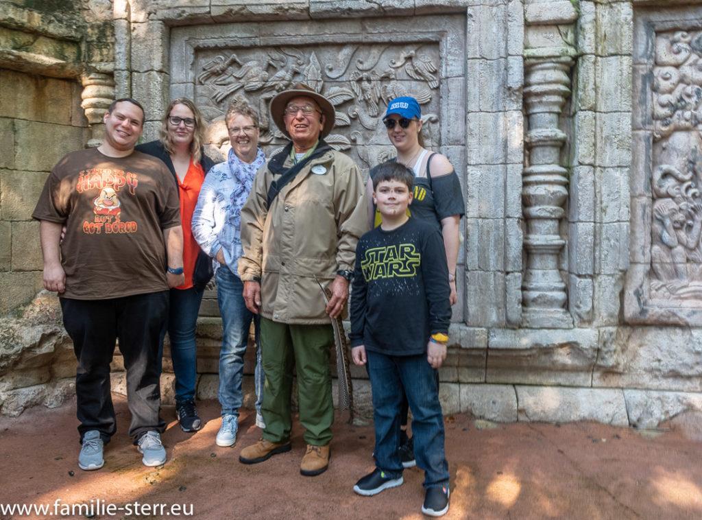 Carl und die Familie vor einer Tafle am Maharaja Trail in Animal Kingdom / Disney World / Florida