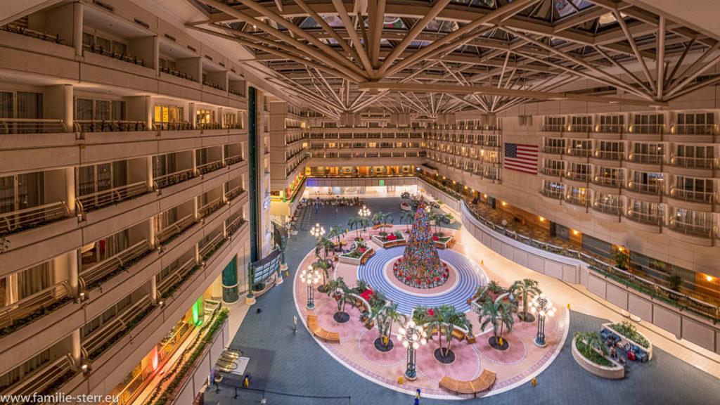 Terminal Flughafen Orlando (MCO) mit Christbaum