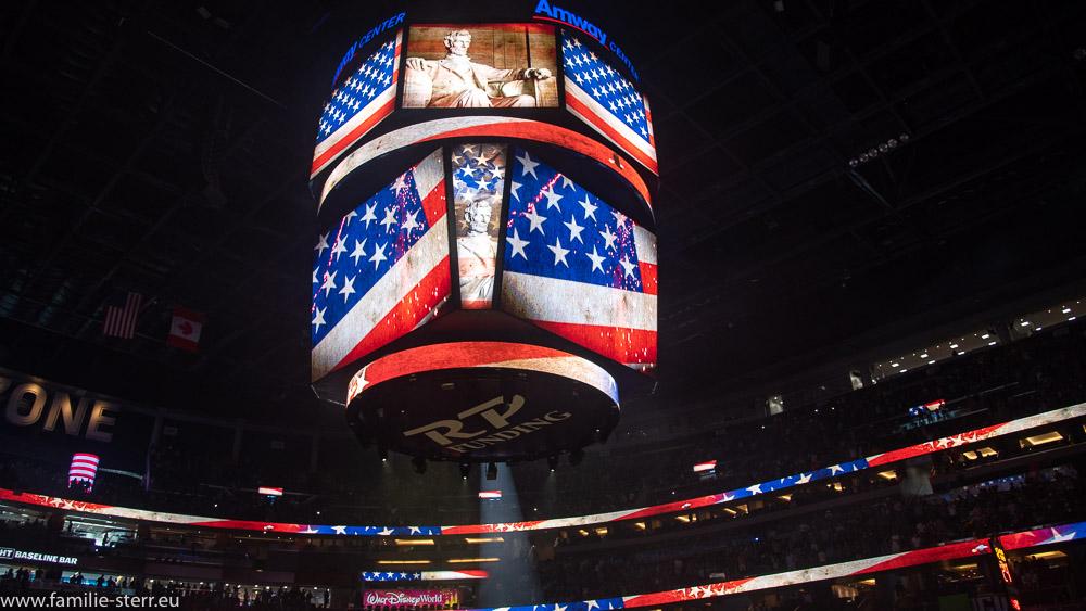 US - Flagge auf dem Videowürfel in der Amway Arena