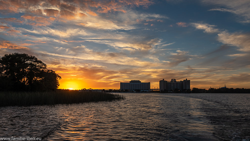 Sonnenuntergang am Bay Lake vor der Kulisse des Contemporary Resort und den Bay Lake Towers - Disney World, Florida
