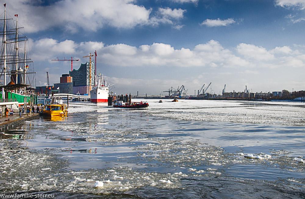 vereiste Elbe bei den Landungsbrücken St. Pauli
