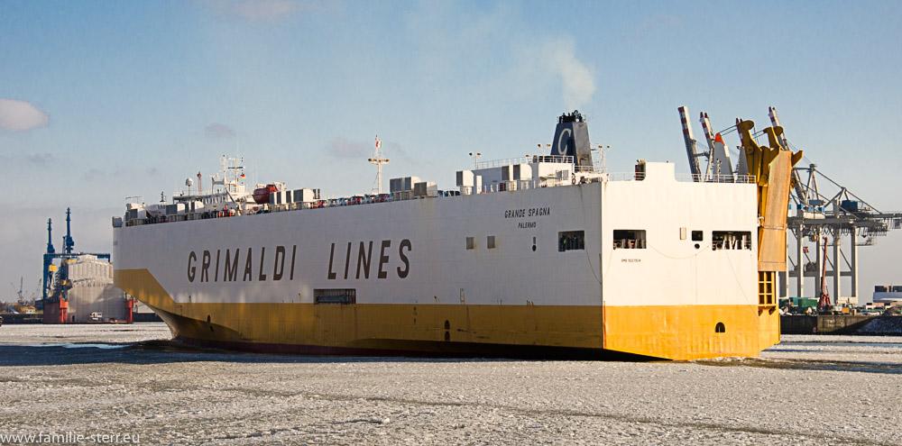 Grimaldi Lines Autotransporter in der vereisten Elbe