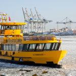 Linienboot im vereisten Hamburger Hafen
