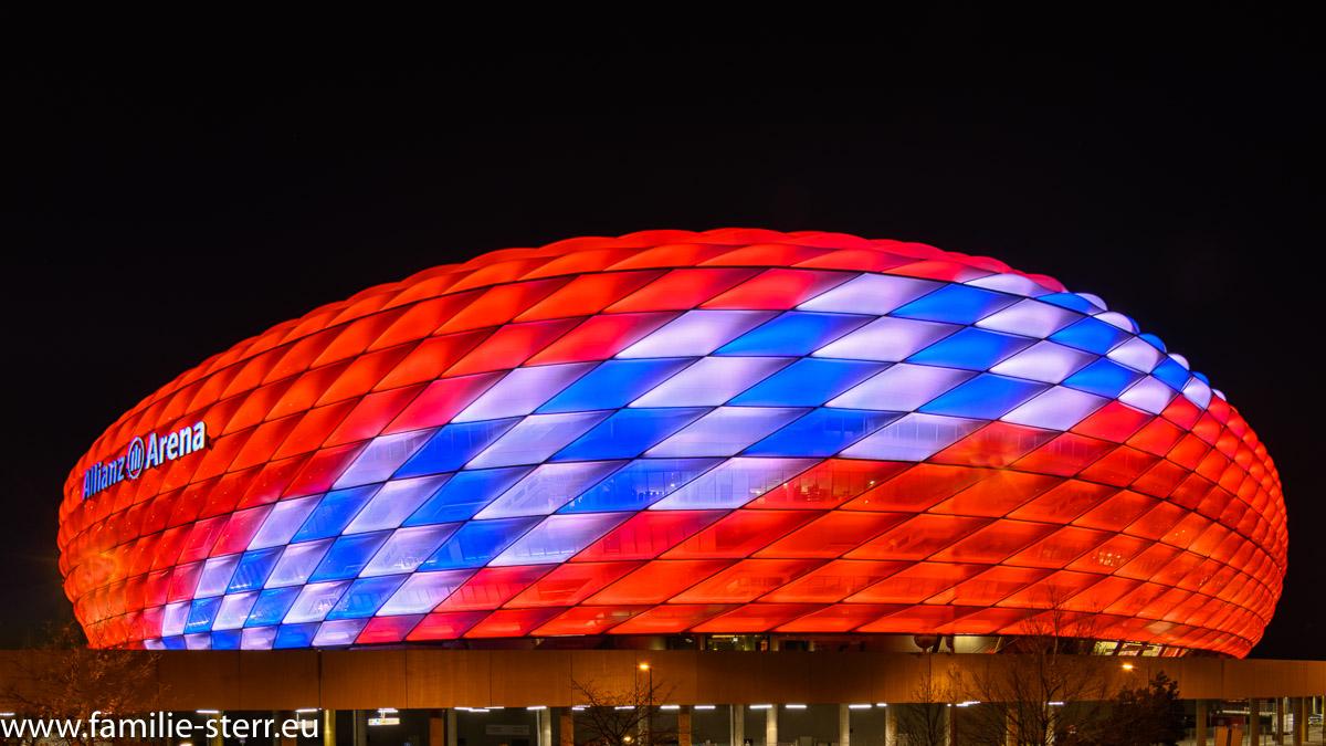 die Allianz - Arena in München in einer besonderen Beleuchtung zum Geburtstag des F. C. Bayern München