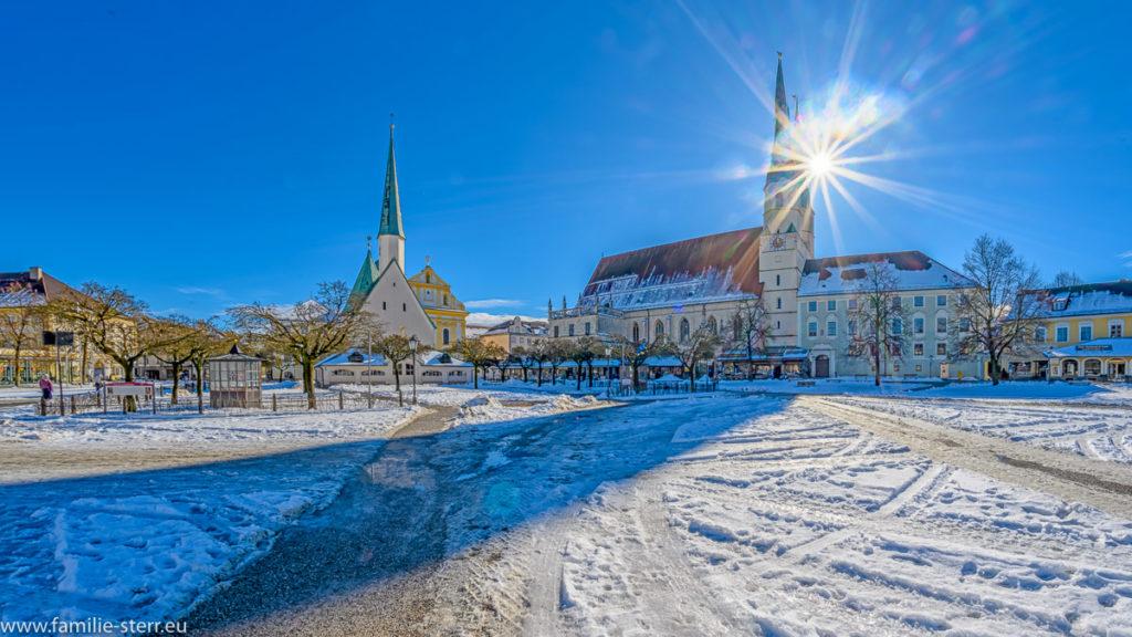 Kapellplatz Altötting mit Gnadenkapelle und Stadtpfarrkirche im strahlenden Sonnenschein