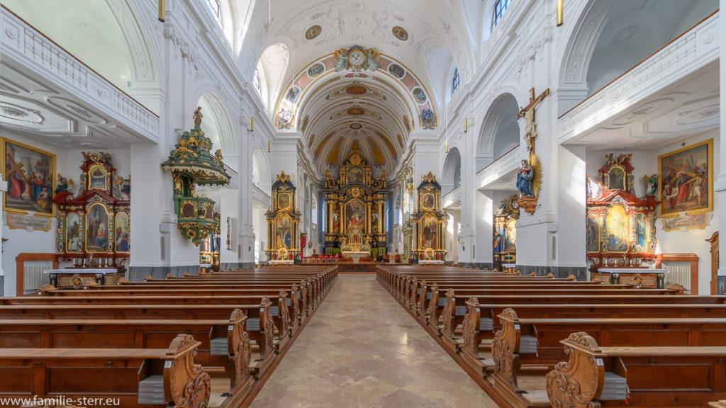 Kirchenschiff der päpstlichen Basilika St. Anna mit Blick zum Altarraum