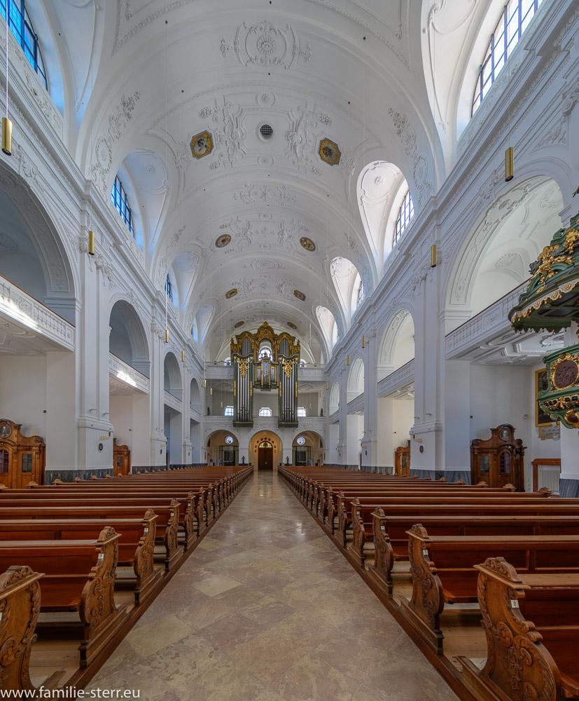 Kirchenschiff der päpstlichen Basilika St. Anna mit Blick zum Portal und zur Orgel