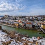Blick von Ach über die Salzach auf die Burg und die historische Altstadt von Burghausen