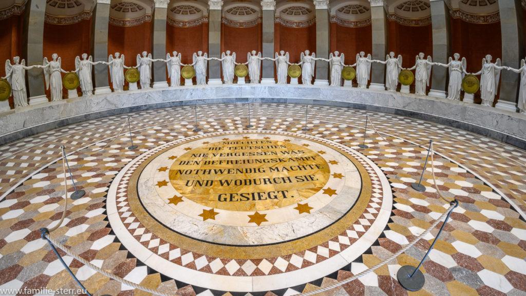 Inschrift in der Mitte der Befreiungshalle