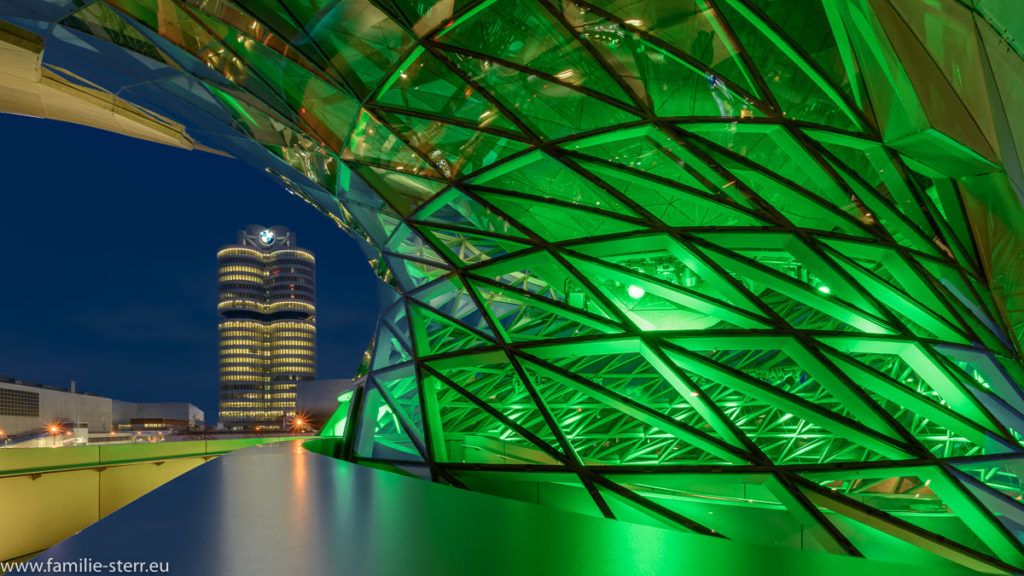 die BMW - Welt in München, grün beleuchtet zum irischen Nationalfeiertag St. Patrick's Day