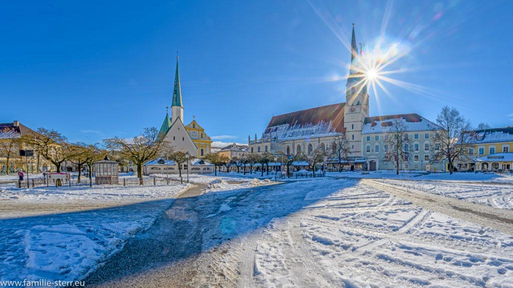 strahlende Sonne über dem Kapellplatz in Altötting