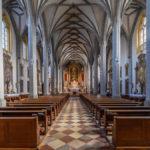 Blick durch das Langhaus der Stifts- und Pfarrkirche Altötting auf den Altarraum