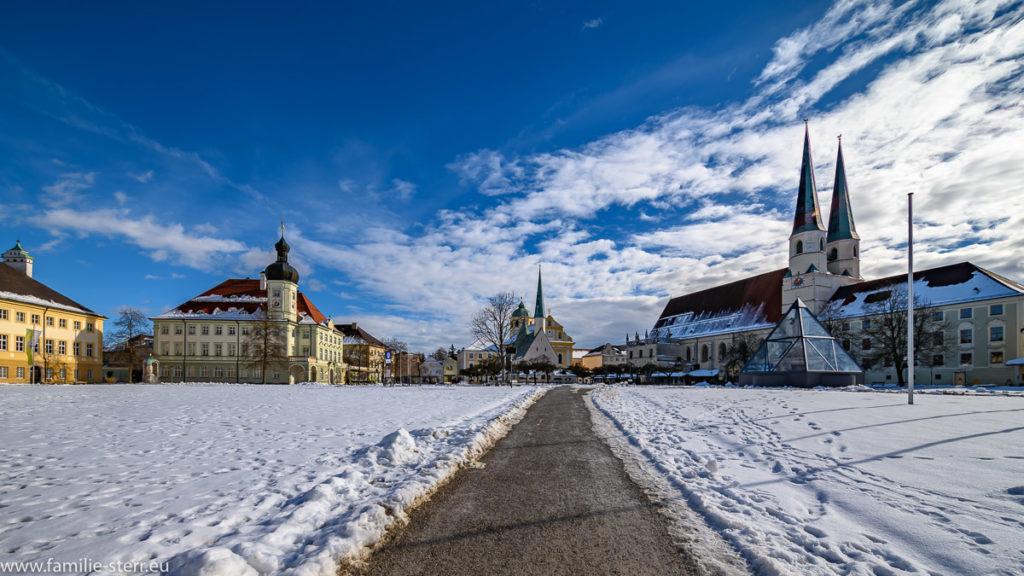 strahlender Sonnenschein über dem winterlichen Kapellplatz in Altötting mit der Gnadenkapelle und der Stifts-Pfarrkirche