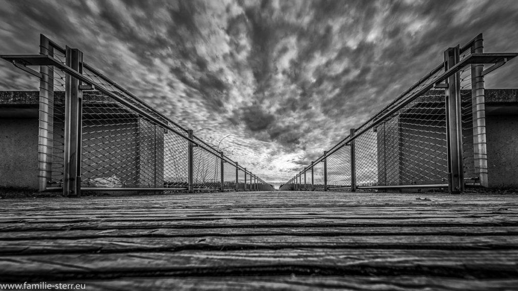 Fußgängerbrücke im Riemer Park bei Sturm und dichten Wolken