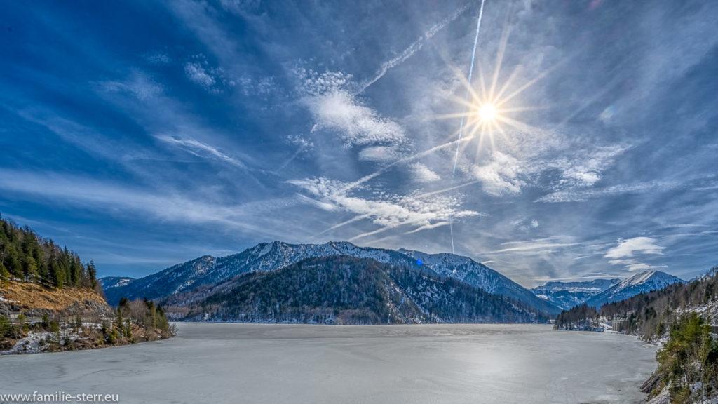 strahlender Sonnenschein über dem eisbedeckten Sylvestein - Speichersee an der oberen Isar
