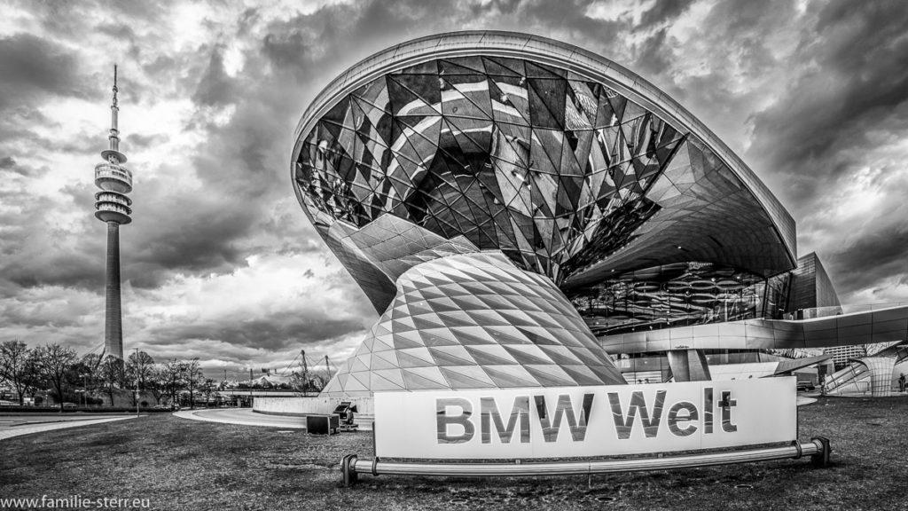 Blick auf die BMW - Welt von außen in schwarz - weiß an einem bewölkten Tag
