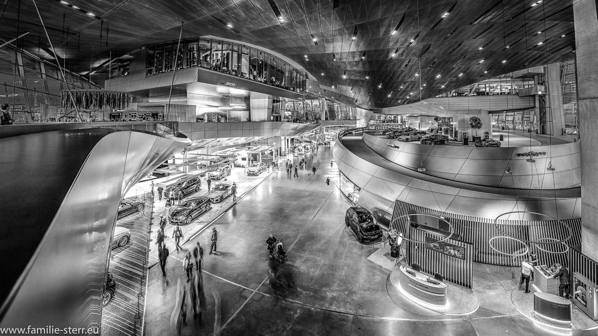 Innenraum der BMW - Welt mit Ausstellungsbereich und Restaurants in schwarz - weiss