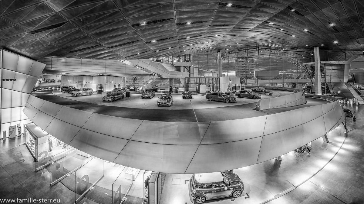 Blick über den Innenraum der BMW - Welt in schwarz - weiss
