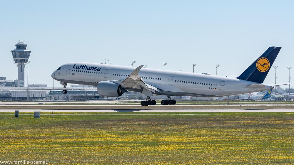 Lufthansa Airbus A350 D-AIXH ibei der Landung in München