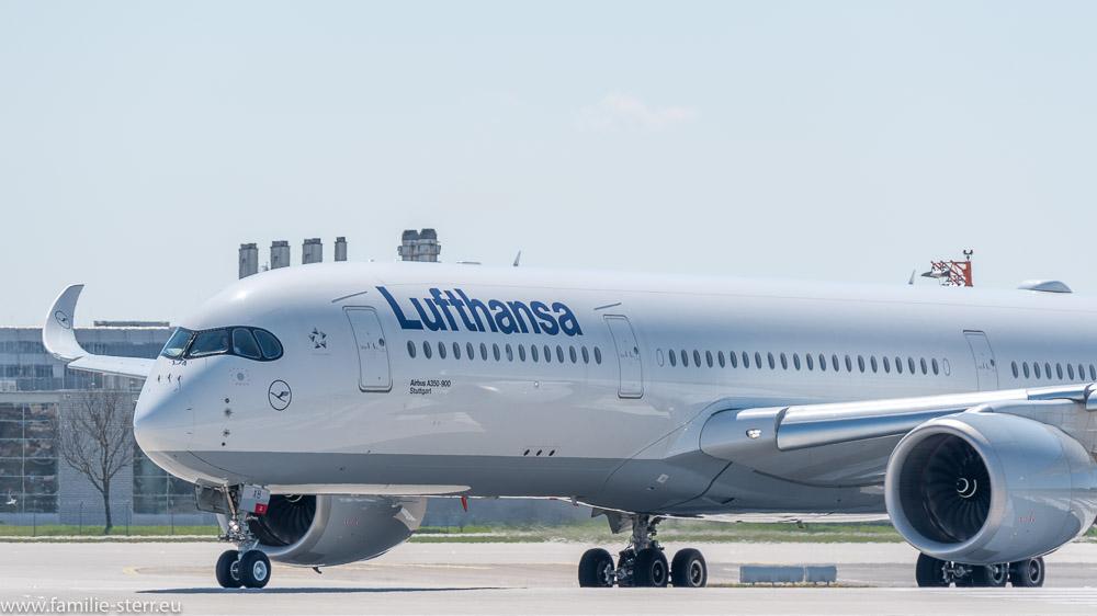 Lufthansa Airbus A350 D-AIXB beim Line-Up auf die 08L am Flughafen München