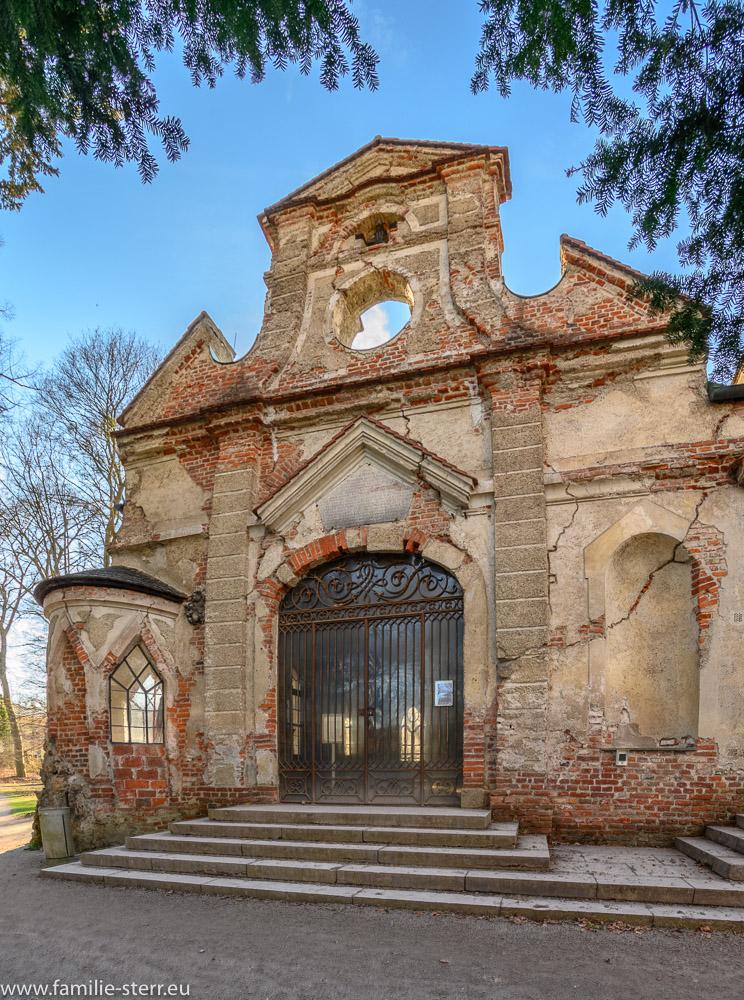 Eingangsportal zur Grottenkapelle und dem Appartement des Kurfürsten an der Magdalenenklause im Park des Schlosses Nymphenburg