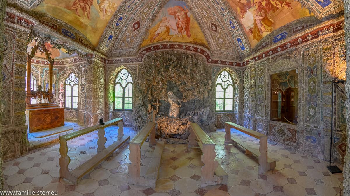 seitliche Ansicht in die Grottenkapelle Maria Magdalene vom Eingangsbereich der Magdalenenklause aus
