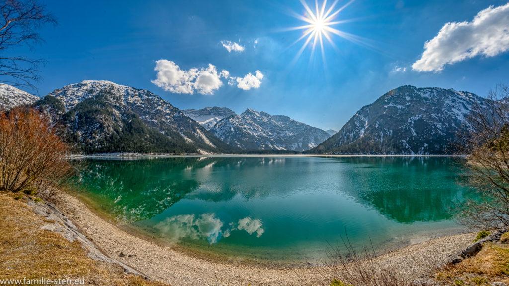 strahlender Sonnenschein über dem Plansee bei Reutte in Tirol