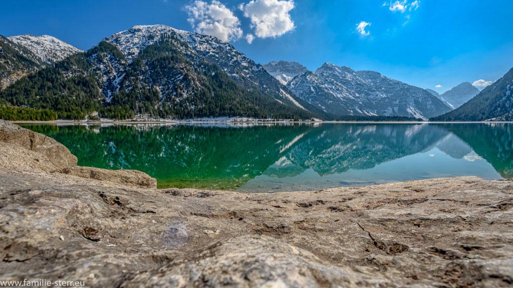 Spiegelung von den Bergen im Plansee bei Reutte in Tirol