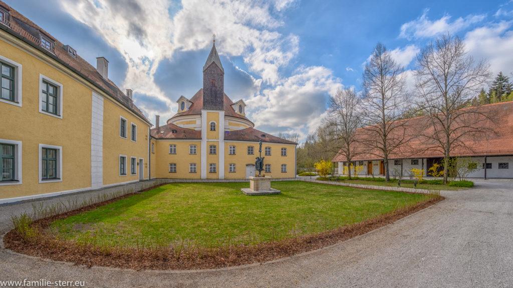 Innenhof der Kuratel und der Wieskirche bei Freising