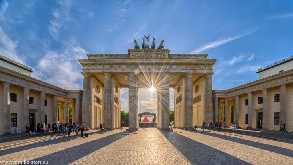 sie Sonne strahlt durch das Brandenburger Tor in Berlin