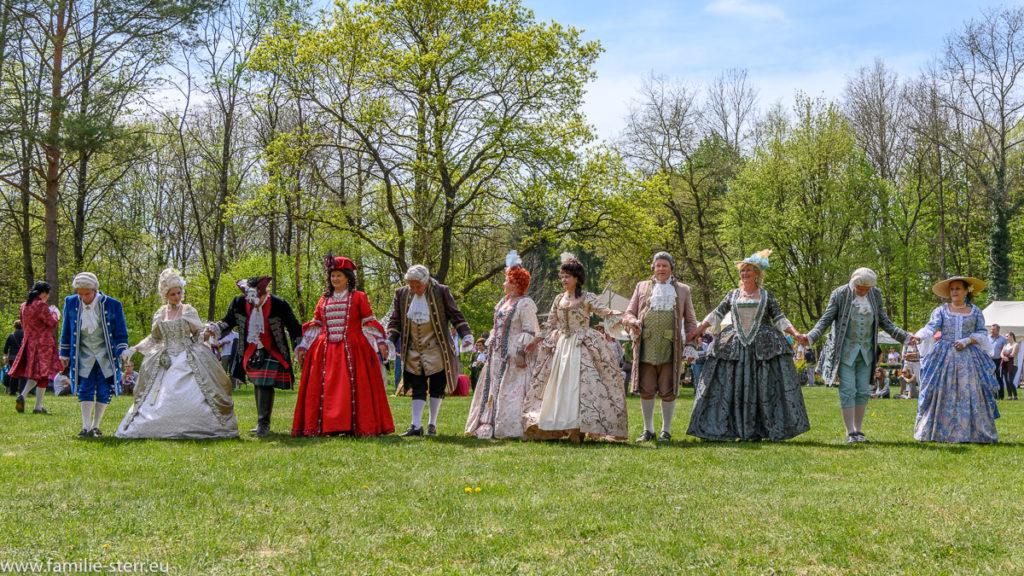 Tanzgruppe in historischen Gewändern bei den Gartentagen am Schloß Oberschleißheim