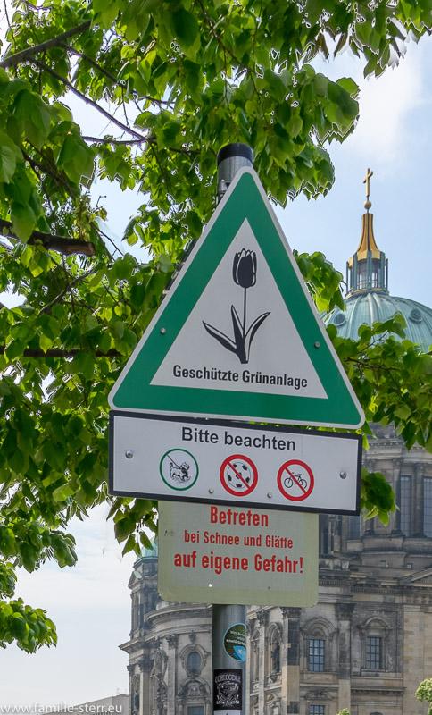 Geschützte Grünanlage - Hinweisschild in Berlin