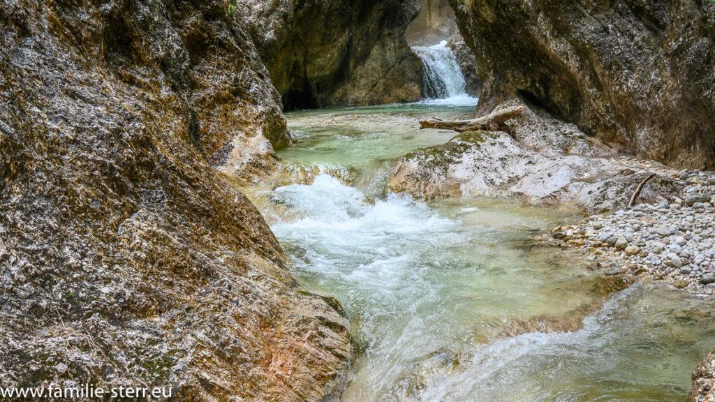 kleine Wasserstufen des Almbachs in der Almbachklamm bei Marktschellenberg im Berchtesgadener Land