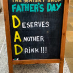 "Schild mit der Aufschrift: ""DAD - Deserves Another Drink"""