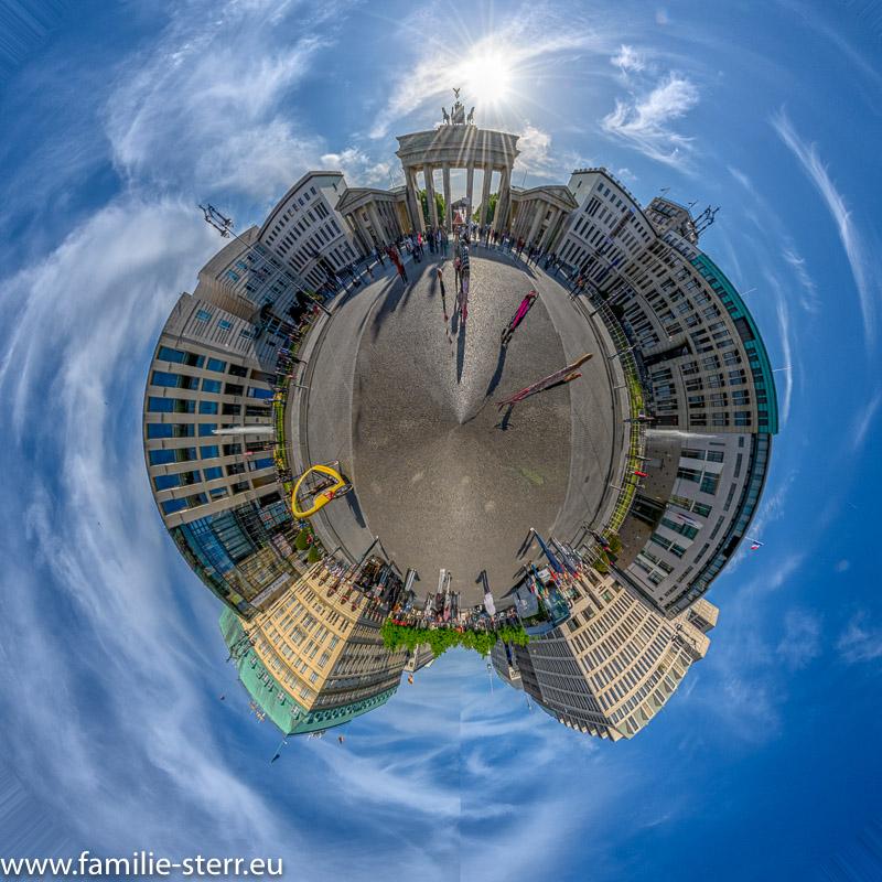 der Pariser Platz in Berlin mit dem Brandenburger Tor und den umliegenden Botschaften und Hotel Adlon als Little Planet