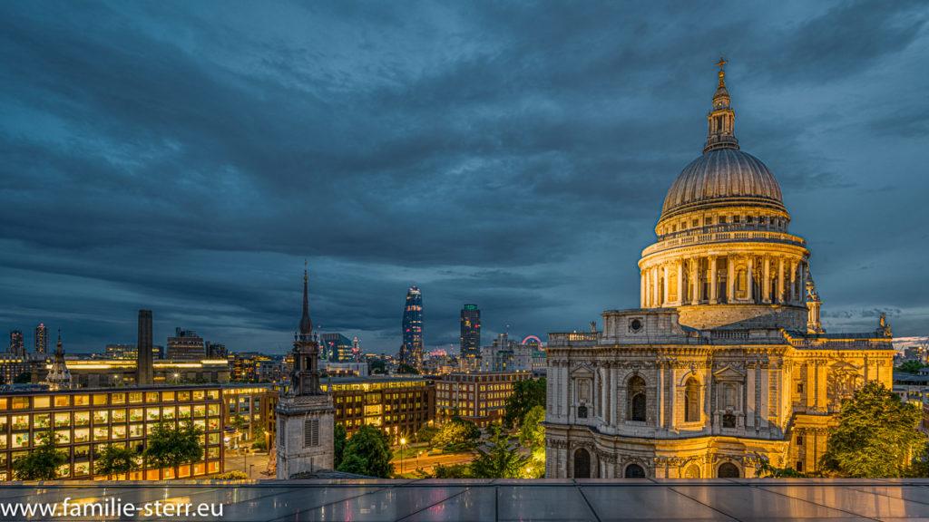 nächtlicher Blick über London auf die St. Pauls Cathedral