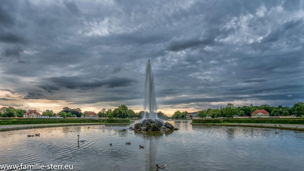 Brunnen bei Schloss Nymphenburg kurz vor einem Gewitter