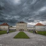 Schloss Nymphenburg bei Weltuntergangswetter unter schwarzen Gewitterwolken