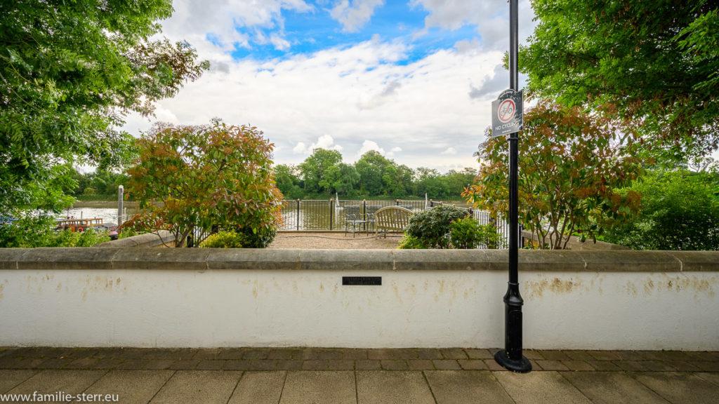 ein kleiner Garten mit Bank und Blick auf die Themse bei Chiswick