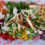 bunter Salat mit Hühnerstreifen