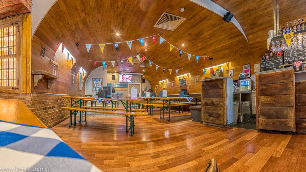 Indoor - Biergarten im Octoberfest Pub mit Biergartengarnituren und bayerischer Dekoration