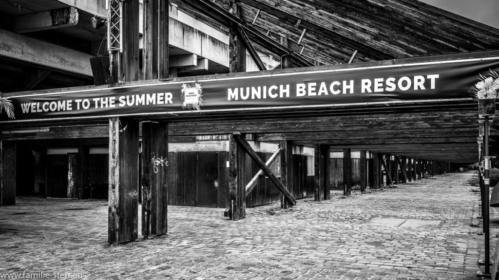 "Unter der Tribüne der Regattaanlage in Schleißheim / Schild ""Munich Beach Resort"""