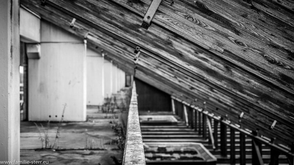Tribünenkonstruktion mit Holzstreben an der Regattastrecke Schleissheim
